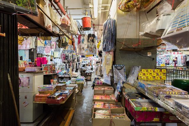 ここはおもちゃ屋・駄菓子屋だった。団地商店街っぽくていい。