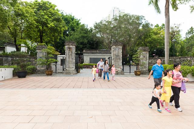 現在は公園になっていて、親子連れで賑わうここ。ここがかつて「魔窟」と言われた九龍城の跡。