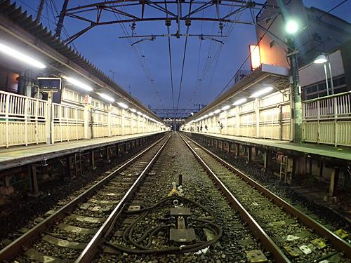 十条駅の北口側踏切を東に渡って、すぐ左に入った路地裏にあります。