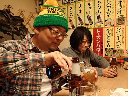 アサヒのグラスに手酌で注がれるタイビール。いいぞいいぞ。