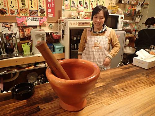 ソムタムを作る素焼きの鉢がかっこいい。
