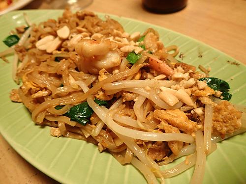 タイ風焼きそばのパッタイ。醤油でもソースでもなく、ナンプラーの香りが漂ってくる米の麺。