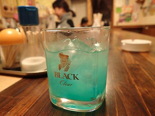 タイっぽいかなとブルーヘブンというカクテルを注文。でも小島で修行中に考えたお酒だそうで、タイとは関係ないらしい。グレープフルーツ味でうまいよ。