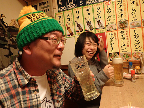 ダッタンそば茶ハイの焼酎が濃いと喜ぶケムタさんと、延々とアサヒの生ビールを呑む古賀さん。でもつまみは本格タイ料理。