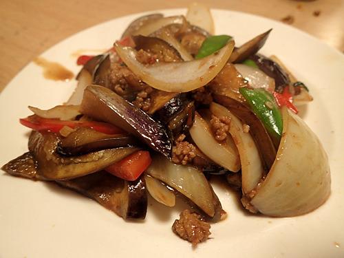 マーボ茄子ではなくマクアーパッカパオ。茄子とホーリーバジルの炒め物。