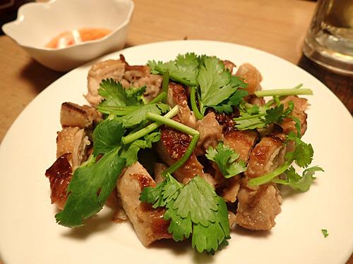 パクチーどっさりのガイヤーン。ママの故郷であるタイ東北部の代表的料理で、スイートチリソースをつけて食べる。異国だねえ。