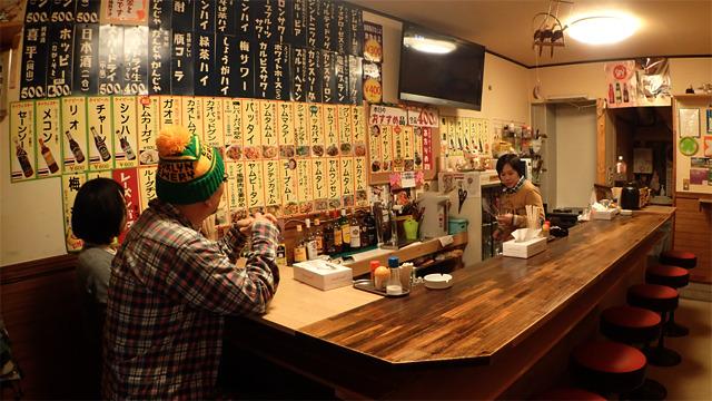 一見どこにでもある普通の居酒屋ですが、タイ人による日本人のためのタイ料理店なのです。