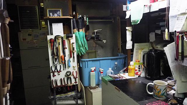 奥には洗い場がふたつあった。全て手作業。服のクリーニングと同じように機械にまわしてしまう店があるらしいが、靴が傷だらけになってしまうので絶対NG。