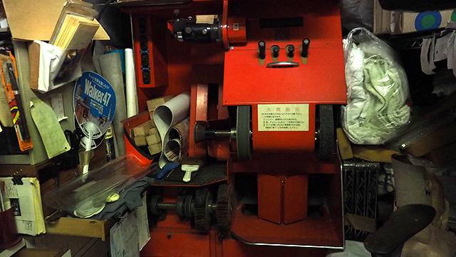 丸洗いだけでなく、靴の手入れもやってくれる。これは靴の底を削る機械。