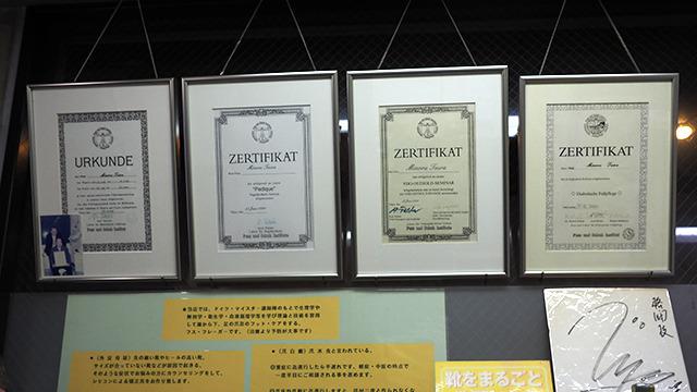 平さんが日本とドイツを行き来しながら必死でとった資格。先生はドイツ語で話し、各国からきた生徒たちはヘッドフォンの翻訳を聞きながら勉強したのだとか。