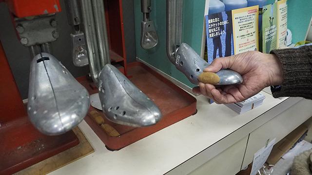 靴を広げる機械もあるので、買ってきた靴を外反母趾の人用の型にもできる。
