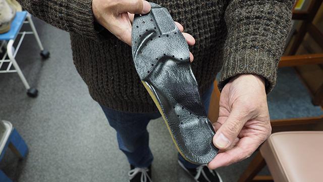 足の型をとって、オリジナルインソールも作れる。偏平足の人や、甲高すぎる人はこれを作るだけで足の負担が減る。アメリカ人がよく作りに訪れるそうだ。