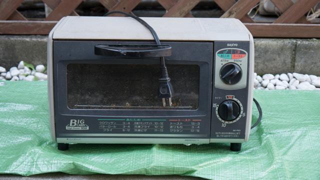 オーブントースターを外に持ち出すとゴミっぽくなる。発見だ。
