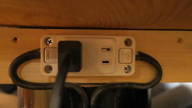 テーブルに一つある。調理用の電源ではない。好きに使っていい