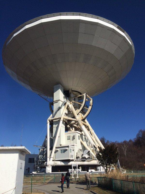 野辺山の電波望遠鏡 直径45メートルもの巨大すぎる望遠鏡で、ブラックホール存在の証拠など数々の発見の功績を残しています。(ともプラネテス)
