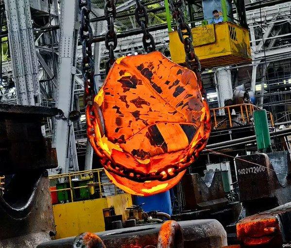ウラルマシ(露)の鍛造クレーン。赤熱した鋼塊は鉱山機械の部品らしい。 (マツダのオート三輪)