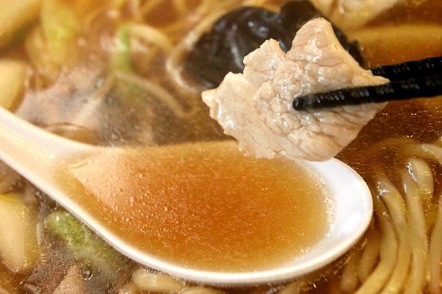 スープは鶏がらの醤油ベースで、あっさり風味