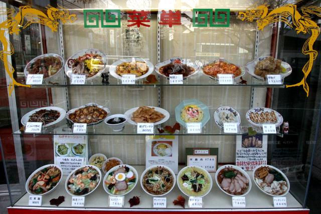 店頭に並ぶ食品サンプル、昔ながらの中華料理屋という感じ