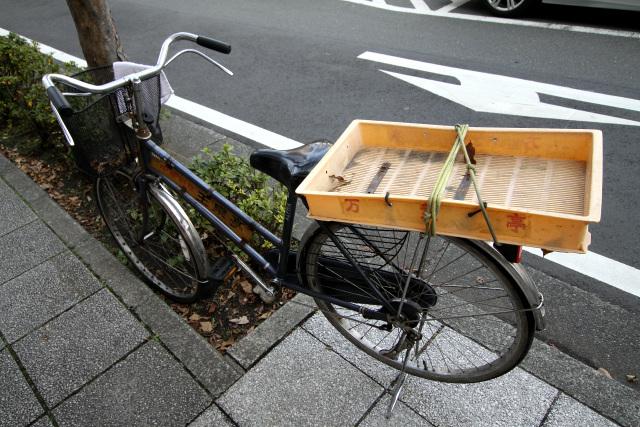 店の前に置かれていた自転車。これもまた年季入ってる