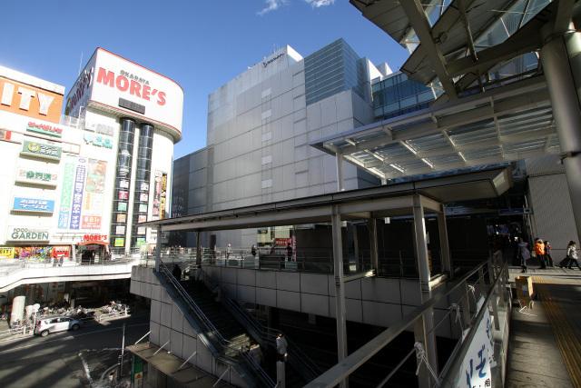 小田急小田原線と江ノ島線の分岐点にあたる相模大野駅