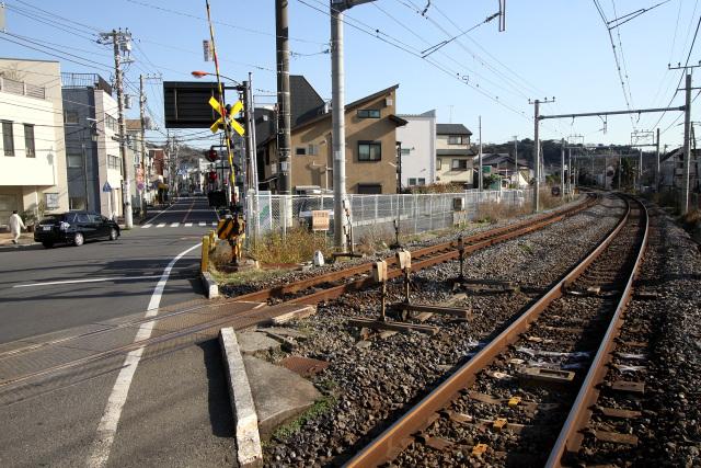 途中で東に折れ、JR横須賀線の線路を渡ったところにそのお店はある