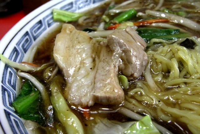 チャーシューを使っているのだろうか、スープの中から大きな肉が出てきてびっくりした