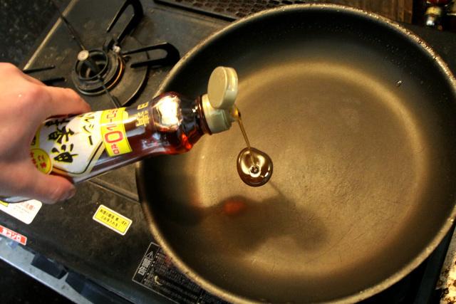 ごま油を敷き、刻んだハクサイとモヤシを炒める