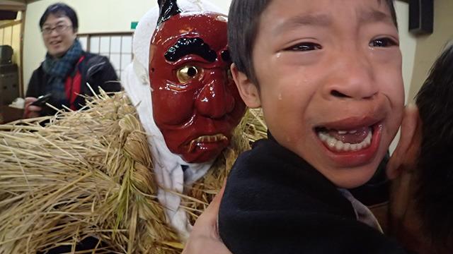 おじいちゃんに抱っこされて号泣する男の子