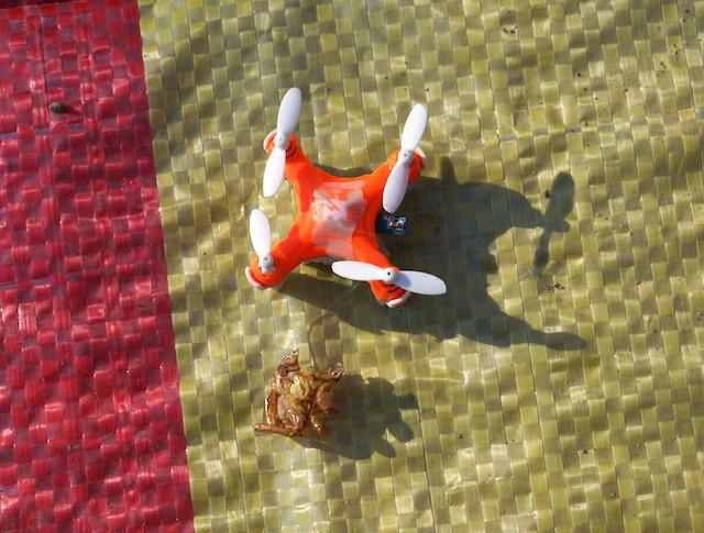 ドローンのプロペラも損壊。なかなかハードだ。
