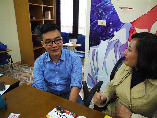 Comi-colaの代表、Khanh Duong(カン・ドゥン)さん。29歳。右は通訳さん。