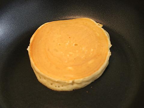 何も考えずに焼いてもふっくら膨らむ。これがデニーズのパンケーキ粉の実力か。