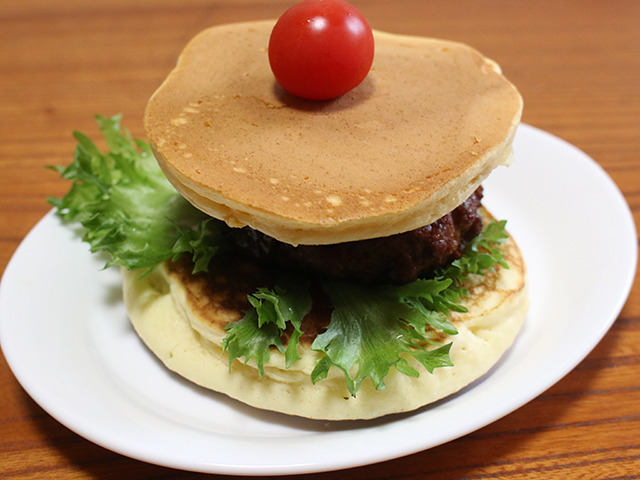 新メニュー案1号『デニーズのパンケーキでハンバーグ挟んだやつ』。お皿もデニーズオリジナルの皿。