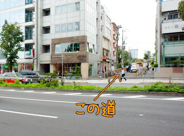 青山通りの反対側から団地への入口を見たところ。