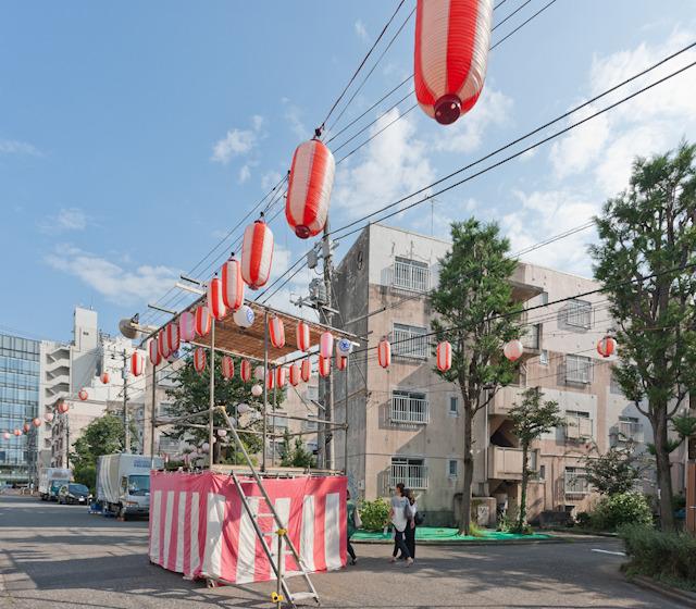 お祭りのときにはこの道に提灯が張られ、やぐらが立つ。みるとその先に青山通り。良い風景だ。