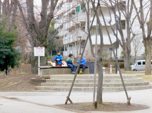 知ってか知らずか(たぶん知らないだろうけど)、団地の子たちがバットを持って野球遊びをしていた。