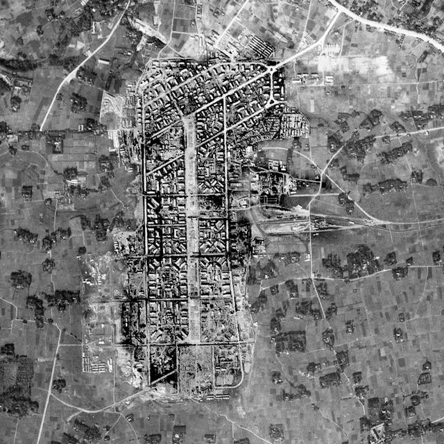 1947年の同じ範囲の様子。なんだかすごいぞ(国土地理院「地図・空中写真閲覧サービス」より・コース番号:M636-A-No1/写真番号:180/撮影年月日:1947/11/08(昭22))