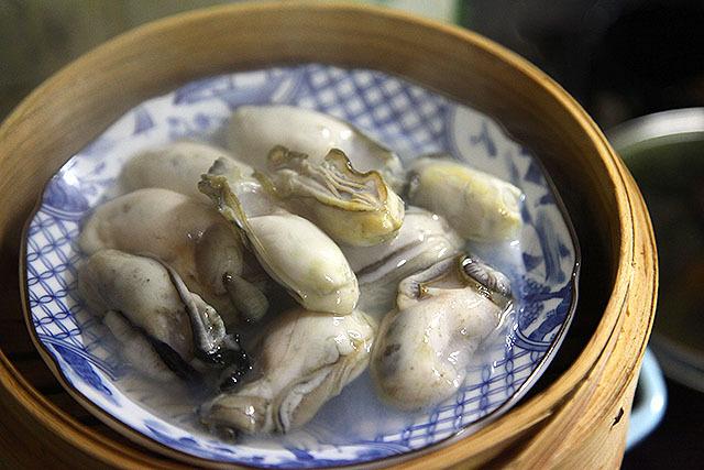まずは蒸し牡蠣を作る。蒸し始め、まだプリプリ。