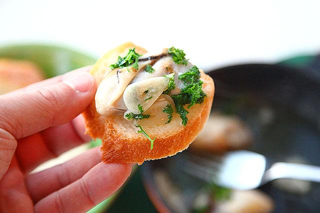 あまりに美味そうで、蒸し牡蠣の一部をアヒージョにしてパンにオン。ヤバイ。