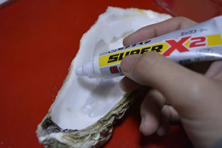 セメダインを牡蠣の殻のきわにごっそりと塗り