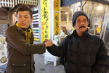 さっきまで和やかに話してたのに、最後の握手では仲悪い風の顔を作るふたり。むしろ、仲良いでしょ!?