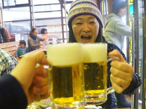 まずは見慣れた生ビールで乾杯!これは難なくこなせる。