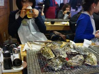 牡蠣を置いた時点で目がうつろなままビールを飲む古賀さん。