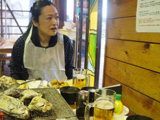 一息ついてようやく「牡蠣の焼き方」説明書きに気がついた乙幡さん。