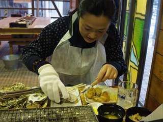 ステレオで、牡蠣を剥きますよーはいはい。