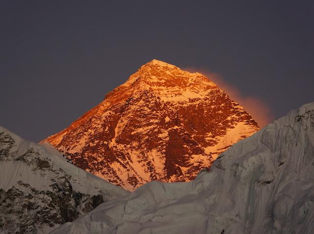 エベレストを照らす夕焼け