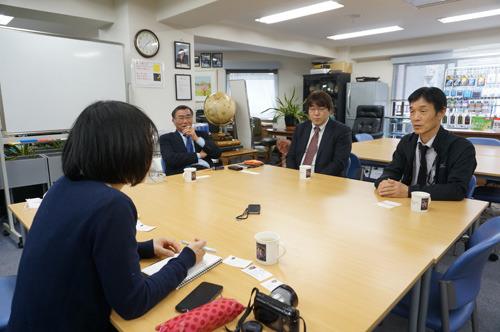 磁気研究所さんのオフィスへ。左から斉藤邦之社長、フラッシュストアを運営する斉藤清泰さん、技術室の平松室長