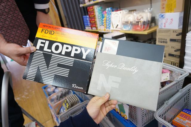その8インチのフロッピーも磁気研究所さんの実店舗「記録メディア館」で奥の方に陳列されていた