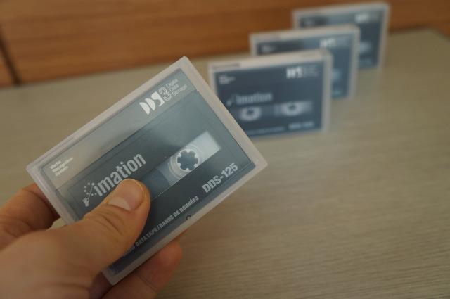 こちらはデータテープのDDS。現用しているものをカブリ数物連携宇宙研究機構の下農さんからご提供いただいた