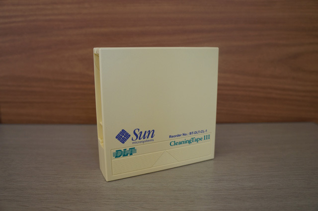 クリーニングテープといえば、カブリ数物連携宇宙研究機構の下農さんからはDLTクリーニングテープのご提供も。これかっこいいなあ!