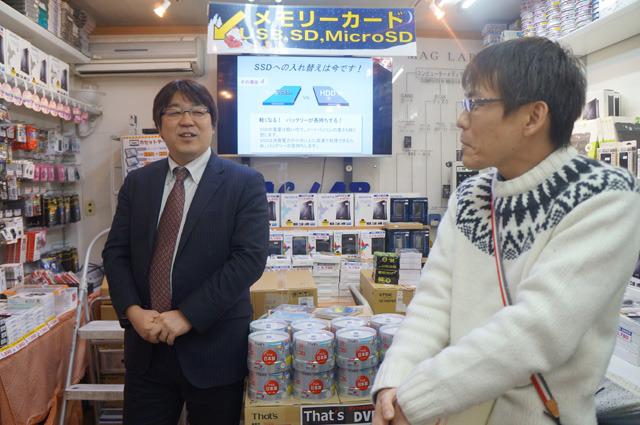 斉藤社長と平松室長に「好きな記憶メディア」聞き忘れてしまった。お店を案内してくださった斉藤さんは入社当時売っていたDVDが好き。「当時は1枚100円台だったのが数年で数十円になって。そういうなかで頑張って売ったからやっぱり思いいれは強いですよね」